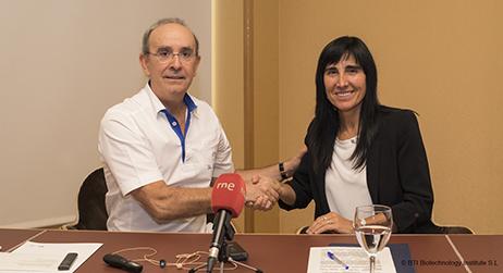 Eduardo Anitua y Nekane Balluerka sellan el acuerdo entre la Fundación y la UPV/EHU